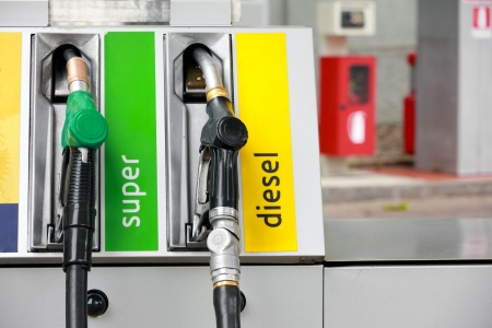 Pomp sproeiers in tankstation Stockfoto