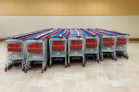 carro supermercado: carritos de la compra se sitúa en el supermercado Foto de archivo