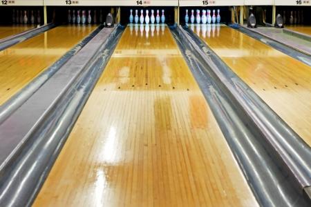 bolos: pines en el extremo del carril del bowling Foto de archivo