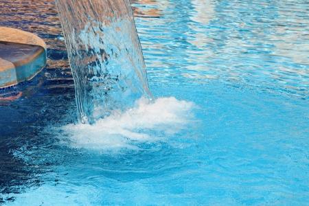 Ontspanning zwembad in de spa met waterval