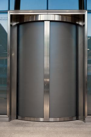 puerta de cristal o ascensor en la oficina de negocios