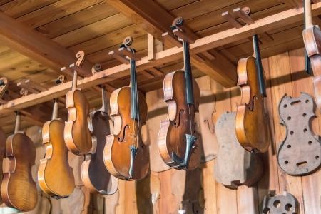 violines: Taller de instrumentos musicales con violines hechos a mano Foto de archivo