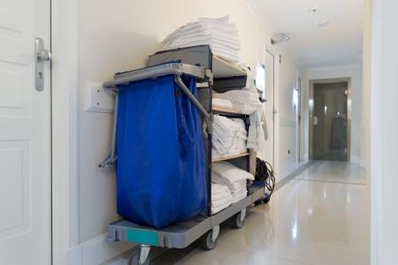 orden y limpieza: carrito de la limpieza en la luminosa pasillo del hotel Foto de archivo