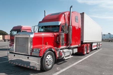 remolque: camión de color rojo brillante en el patio industrial