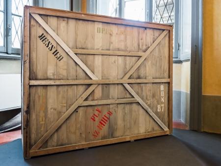 estuche: caja de madera en la bodega, museo o sala vacía