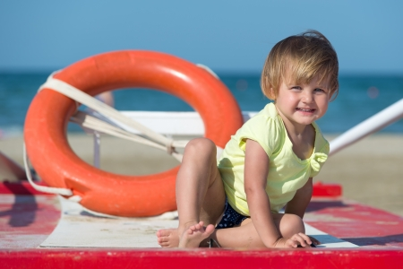 幸せな笑顔の子供は、ビーチの女の子