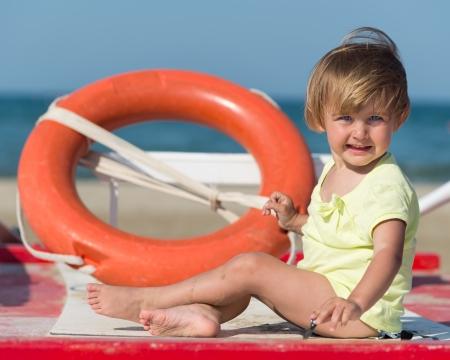 interdiction telephone: gosse heureux sourire, petite fille sur la plage Banque d'images