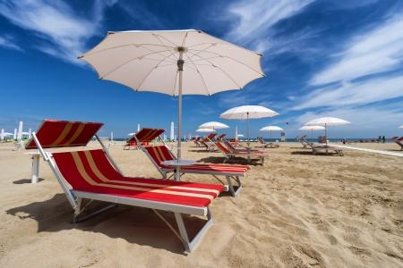 Parasols en ligbedden in Rimini en Riccione Beach, Italië