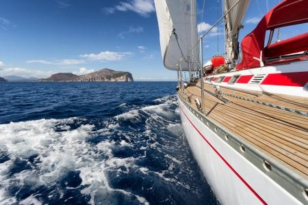 bateau de course: Yacht, un bateau à voile dans la mer de Sardaigne, Italie