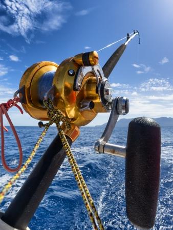 visserijspoel en pole in boot tijdens grote spel Stockfoto