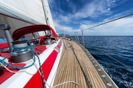 bateau de course: yacht à voile en pleine mer