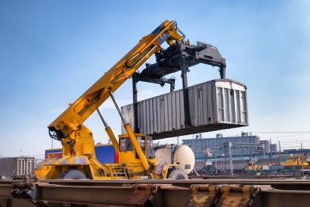 Kraan te tillen container in emplacement Stockfoto