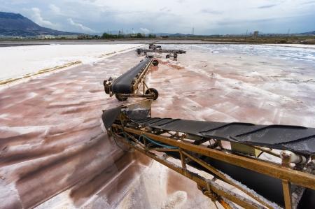 cinta transportadora: Sicilia: cinta transportadora sobre la cacerola de la sal en Trapani, Italia