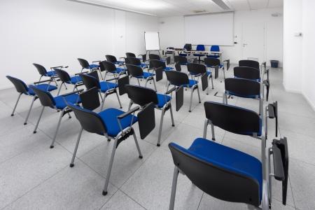 wit en lichte, moderne leer-, conferentie-of vergaderzaal