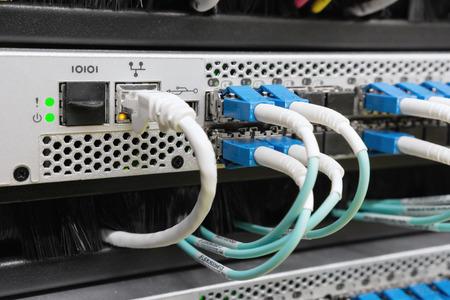 optische vezelkabels in data center aangesloten Stockfoto