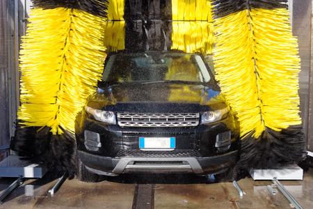 Auto via een car wash machine