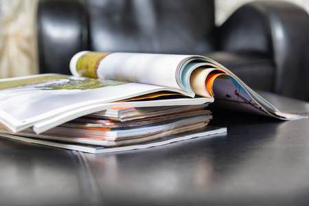 Kleurenmagazines in lederen woonkamer