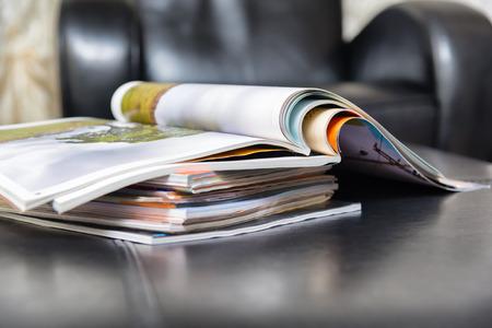 Revistas de color en la sala de estar de cuero Foto de archivo - 28040449