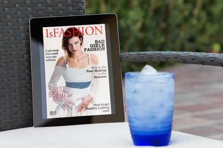 fake Magazin-Cover auf einem Tablett im Garten