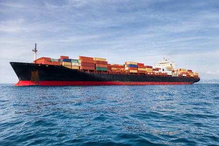 コンテナーを運ぶ商業貨物船