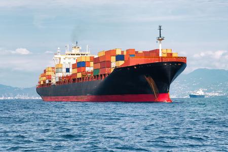 Commerciële lading schip met containers Stockfoto - 32013635