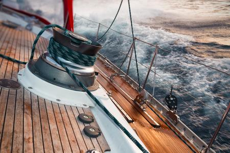 peligro: barco de vela bajo la tormenta, detalle en el cabrestante Foto de archivo