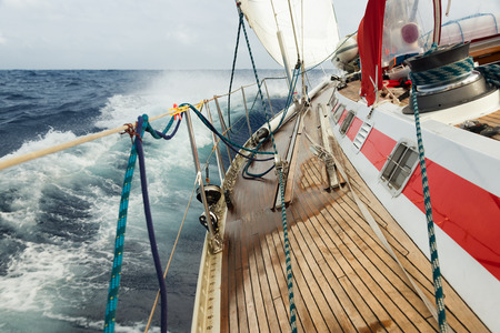 帆ボートは波に移動します。 報道画像