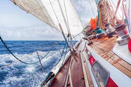 convés: barco a vela a navegar nas ondas Imagens