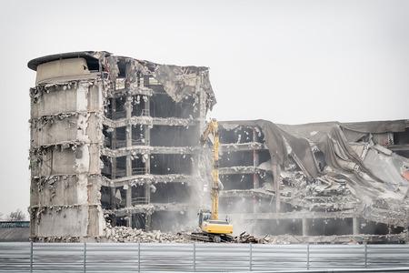古い工業ビルの解体