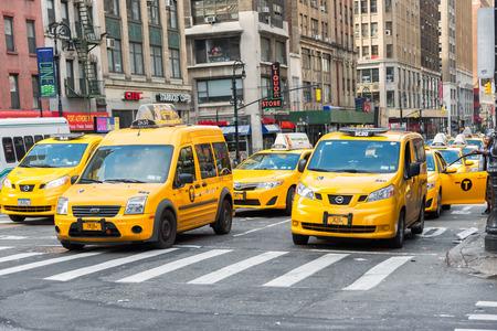 personas en la calle: CIUDAD DE NUEVA YORK - 14 de junio de 2015: Grupo de los taxis amarillos se apresuran hombre de negocios y los turistas alrededor de Manhattan