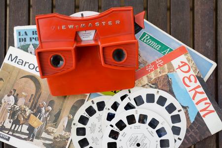 경치: 밀라노, 이탈리아 - 7 월 (5) 2015 년 :보기 마스터 빈티지 3D 뷰어 장난감은 75 년 이상 아이의 3D 세대의 경이로움에 도입