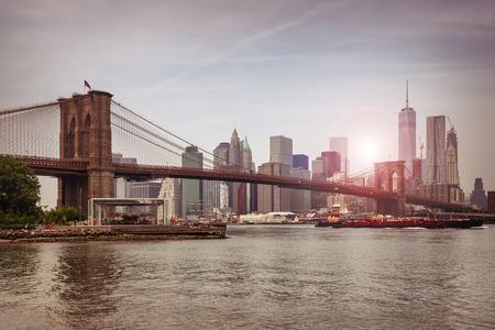 De brug van Brooklyn in de schemering, New York City