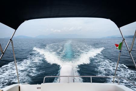 despertarse: Estela del barco y el motor fuera de borda en el mar Foto de archivo