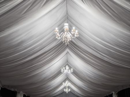 klassieke kroonluchters op event partytent