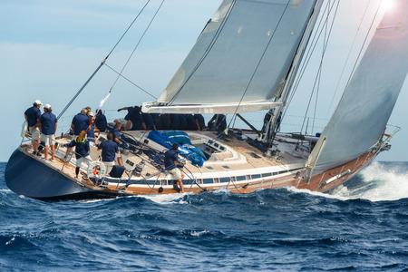 Vela barca a vela in regata Archivio Fotografico - 45139944