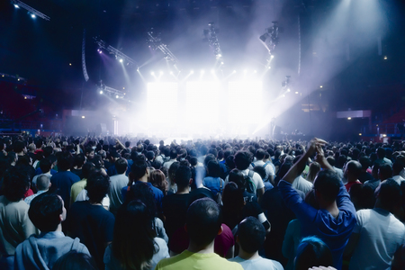 concert menigte van jonge mensen in de voorkant van het podium fel licht