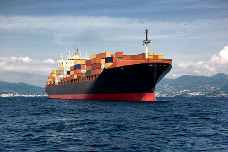 lading vracht container schip in zee Stockfoto