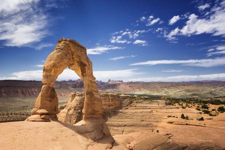 arcos de piedra: Delicado de arena de piedra del arco en el Parque Nacional Arches, Utah, EE.UU.