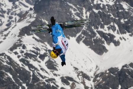 キエーザ ・ ヴァルマレンコ, イタリア - 2017 年 3 月 31 日: フリー スタイル スキー FIS ヨーロッパ カップ、選手のジャンプ 報道画像