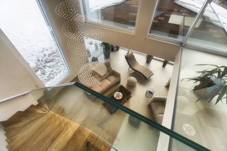 soggiorno di casa di lusso con vista sulle montagne in un design moderno Archivio Fotografico