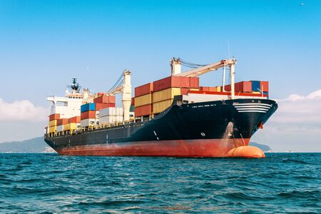 Buque de carga de contenedores internacional en el océano, transporte de carga