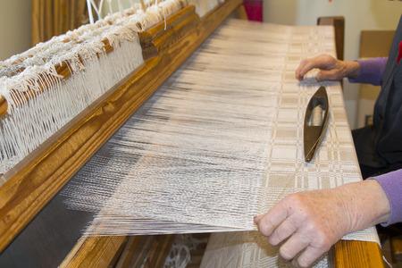 手作りテーブル クロス木製織機で製織工程 写真素材