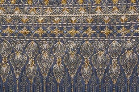 스레드와 비즈로 만든 태국 실크 직물에 파란색과 노란색 꽃 패턴의 세부 이미지 스톡 콘텐츠