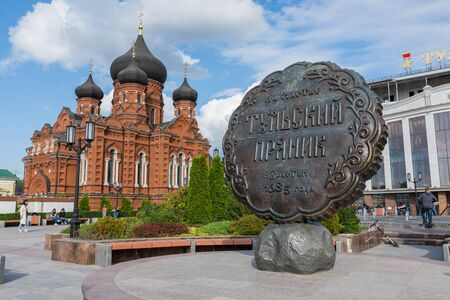 Russia, Tula August 03, 2019 View of the Epiphany Cathedral on a sunny summer day and the monument to the Tula gingerbread Редакционное