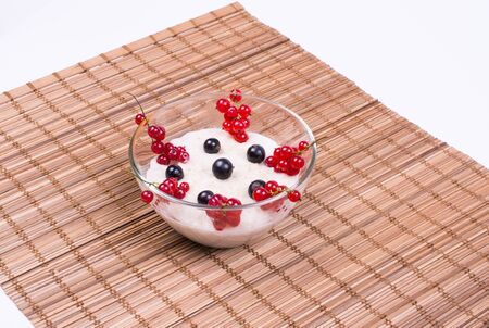 oatmeal with berries of red and black currant, top view background white 版權商用圖片