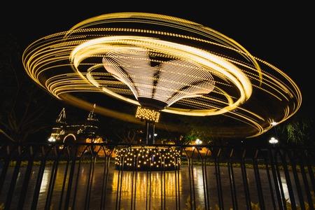 Tomas nocturnas de juegos de atracciones iluminados, Vietnam