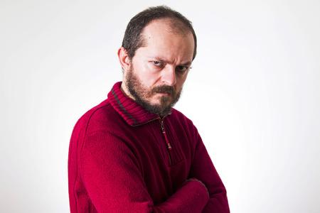 arrogancia: Retrato de hombre enojado, en el su�ter rojo, con barba y bigotes