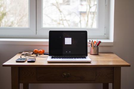wooden desk: Computer op de houten bureau op het kantoor aan huis