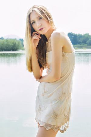 sexy blonde girl: Seksowna blondynka na brzegu jeziora