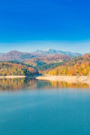 Vista panorâmica do lago Lokvarsko com a montanha de Risnjak no fundo, paisagem colorida do outono da montanha colorida, Lokve, Gorski kotar, Croácia